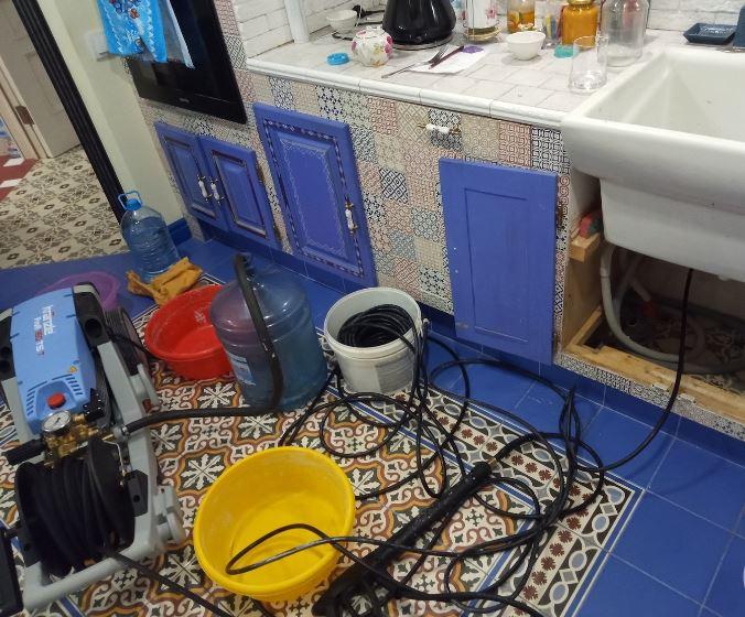 Устранение засора на кухне гидродинамическим способом-шланг под напором водой брызгает внутри трубы